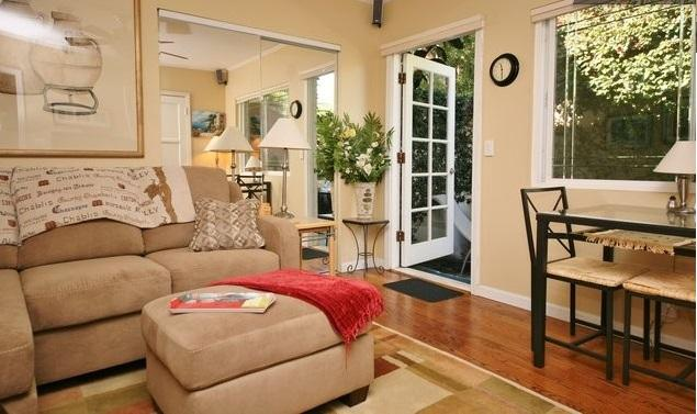 Living room looks out to patio - Secluded Yet Convenient Apartment in Toluca Lake - Burbank - rentals