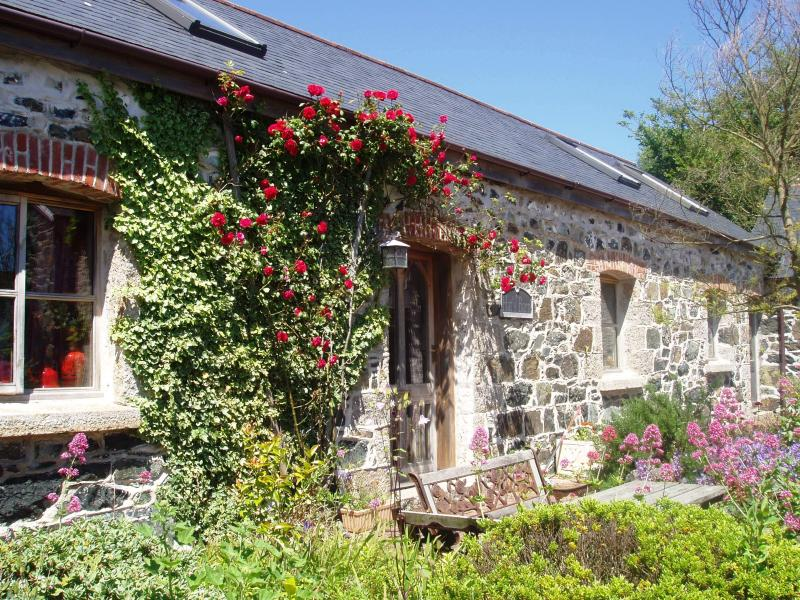 Outside of Hat's Barn - Spacious barn for 6 - 10 minutes from the sea - Mullion - rentals