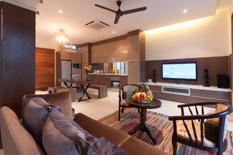 Open-plan living and dining area - 2-Bedroom Beachfront Villa for Rent in Rawai - Rawai - rentals