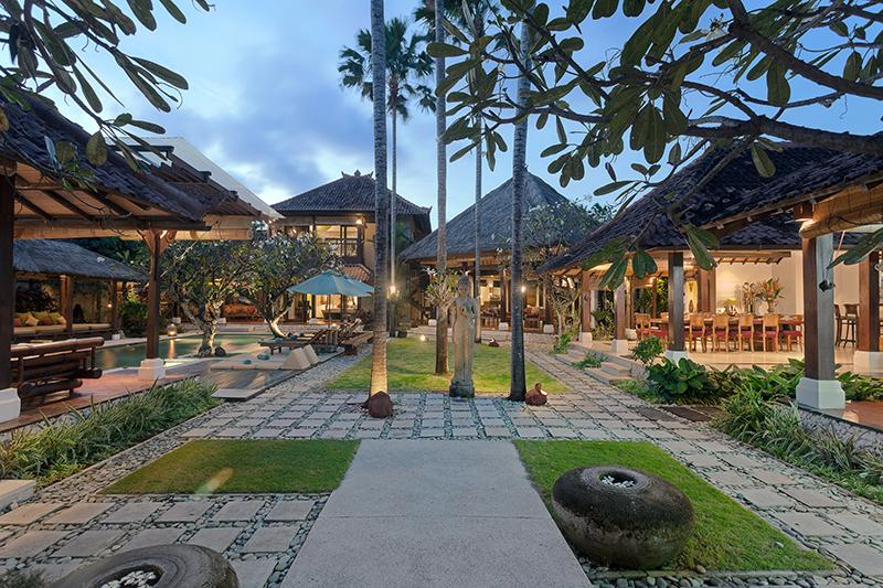 Entré. The houses are situated around the large garden and pool. - Villa Kampung Besar 6-bedroom in Seminyak - Seminyak - rentals