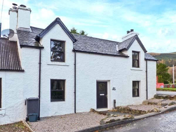 ALMA COTTAGE, traditional, end-terrace, zip/link beds, next to river, in popular village of Tyndrum, Ref 6858 - Image 1 - Tyndrum - rentals