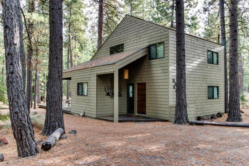 Cozy cabin with access to shared pools, hot tub, sauna - Image 1 - Black Butte Ranch - rentals