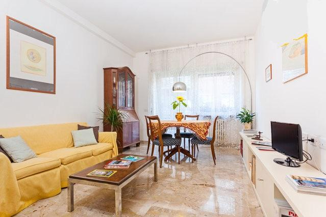 This is the Living Room You'll be Coming Back to after a Day out Sightseeing - Spacious Bright Apartment Near Vatican Rome Centre - Rome - rentals