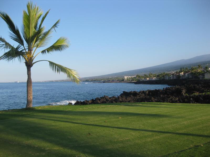 On the golf course in front of my condo looking north toward Kahaluu Bay - Beautiful Kona, Hawaii, ocean golf course condo - Kailua-Kona - rentals