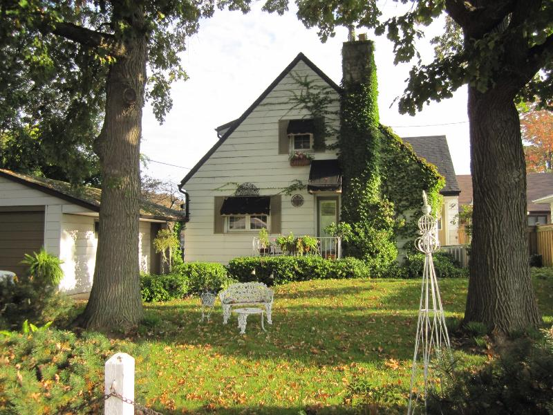 View of Four Oaks B & B from the street. - Four Oaks B & B suite. Hamilton, ON. Canada - Hamilton - rentals