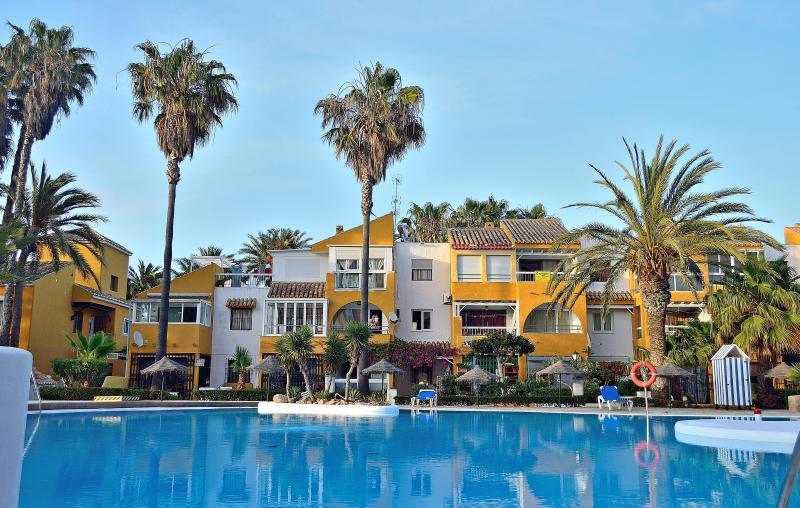 Holiday apartment rental just 50 metres from Roquetas de Mar beach - Image 1 - Roquetas de Mar - rentals
