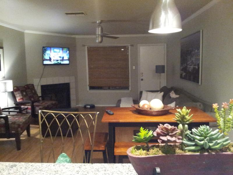 eating area - Stay Right in the Middle of it All... - Austin - rentals