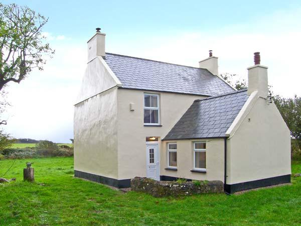 GLANYRAFON, detached farmhouse, woodburners, large lawned garden, views of Snowdon, near Newborough on Anglesey, Ref 16026 - Image 1 - Newborough - rentals