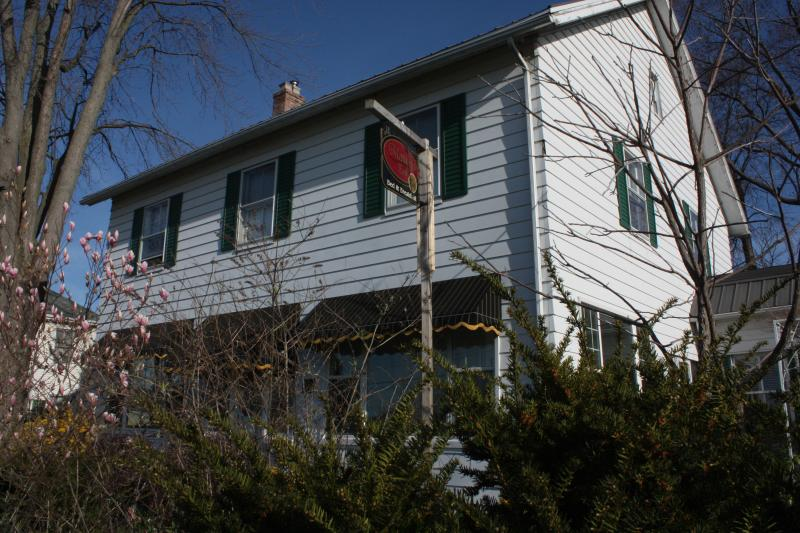 Along Park Street - Laidlaw room in a century home with modern comfort - Kingsville - rentals