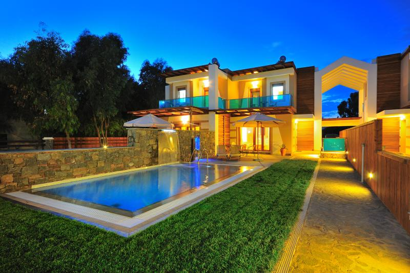 Meliti by night - Horizon Line Villas - Luxury Villa - Private Pool - Kiotari - rentals