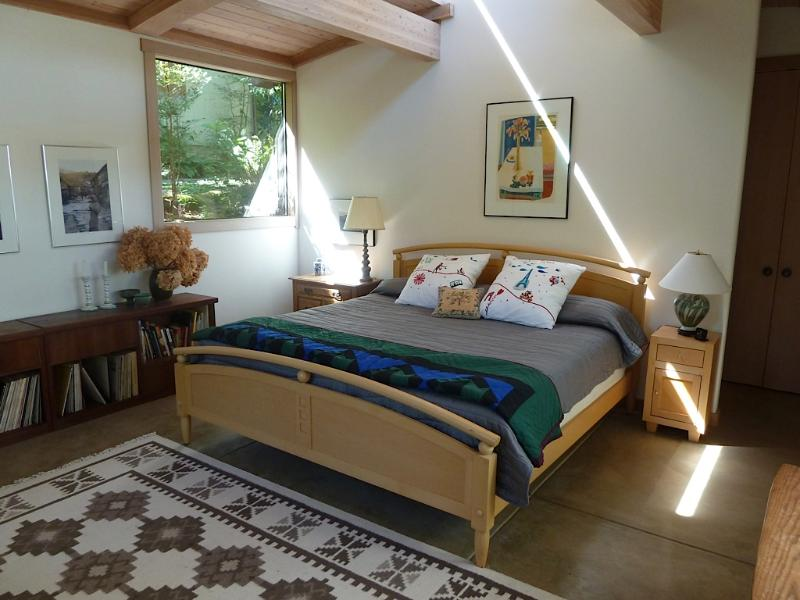 Maple Cottage King Bed with Coyuchi organic bedding & radiant heat floors - Maple Cottage - water views from 12 sunny acres - Point Reyes Station - rentals