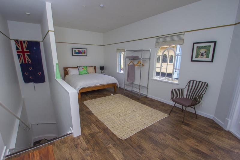 King size bed - Boutique Heritage apartment on New Regent St - Christchurch - rentals