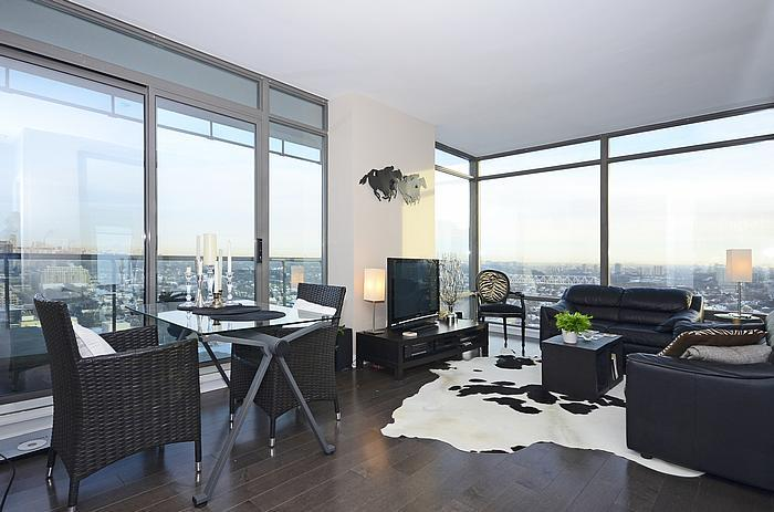 Living room w/ walkout to balcony - Luxe Yorkville Condo 2 Bdrm at Yonge & Bloor St - Toronto - rentals