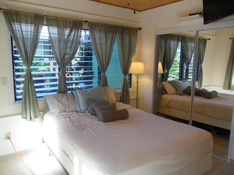 Breezy cool bedroom with ceiling fan - HILLSIDE GARDEN STUDIO - Kailua-Kona - rentals