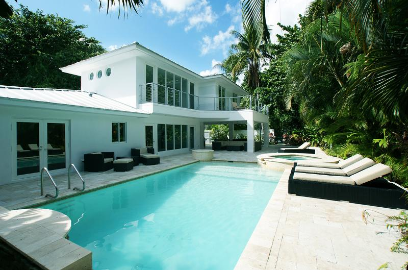 Outside view from pool - Waterfront refurbished villa in a residential area - Fort Lauderdale - rentals