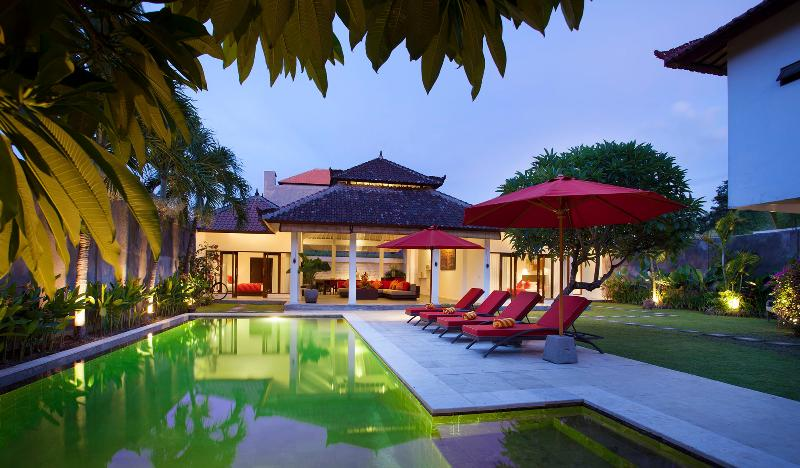Full Villa Garden View at Dusk - Villa Alma next to beach, shops and restaurants - Legian - rentals