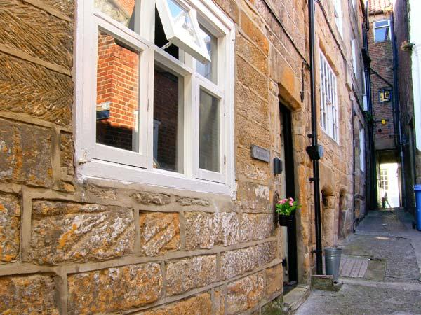 INGLENOOK COTTAGE town centre, open fire, close to amenities in Whitby Ref 28267 - Image 1 - Whitby - rentals