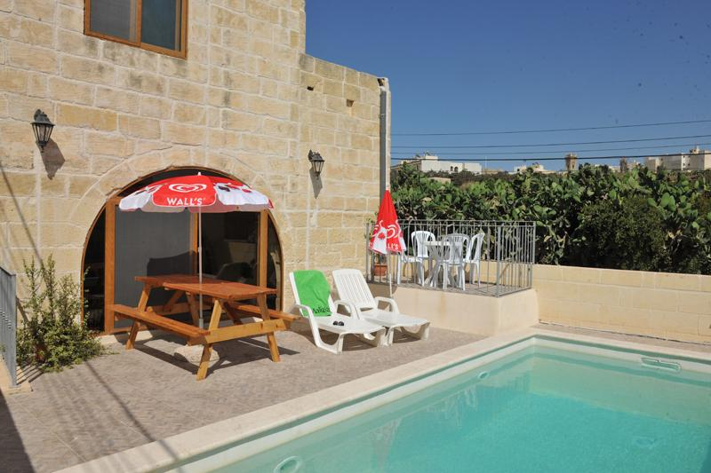 Pool and pool area with unbrellas and deckchairs - Razzett Margerita Farmhouse With Pool in Victoria - Victoria - rentals
