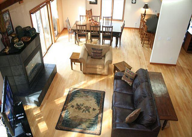 Livingroom and Dining room - Updated Sunriver Home with Gas Fireplace and Pet Friendly Near River Access - Sunriver - rentals