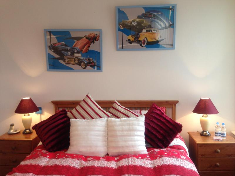 MASTER BED - King Size Bed - CARDIFF GLAMORGAN COAST A PEACE of HEAVEN freeWifi - Castleton - rentals