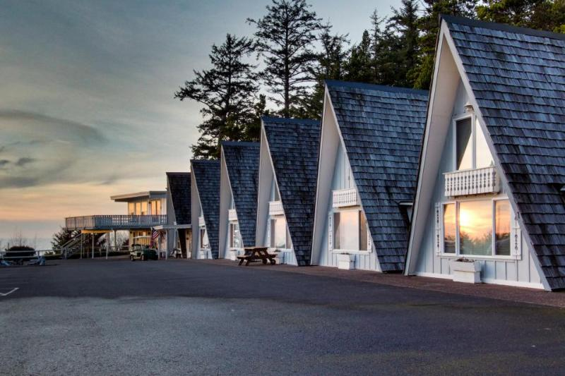 Ocean views, pet-friendly, loft and room for 6! - Image 1 - Otter Rock - rentals