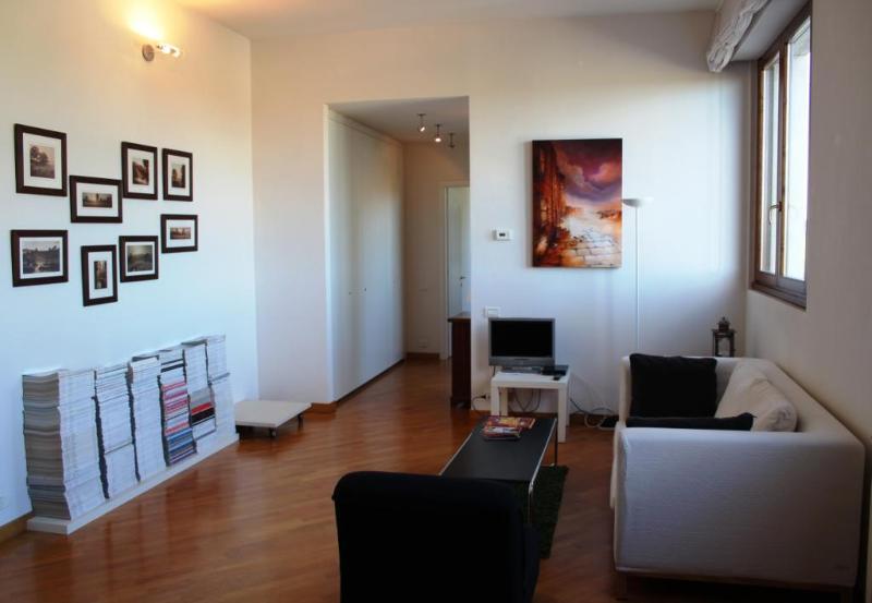 Apartment in Siena, sleeps 5, wifi, close to train - Image 1 - Siena - rentals
