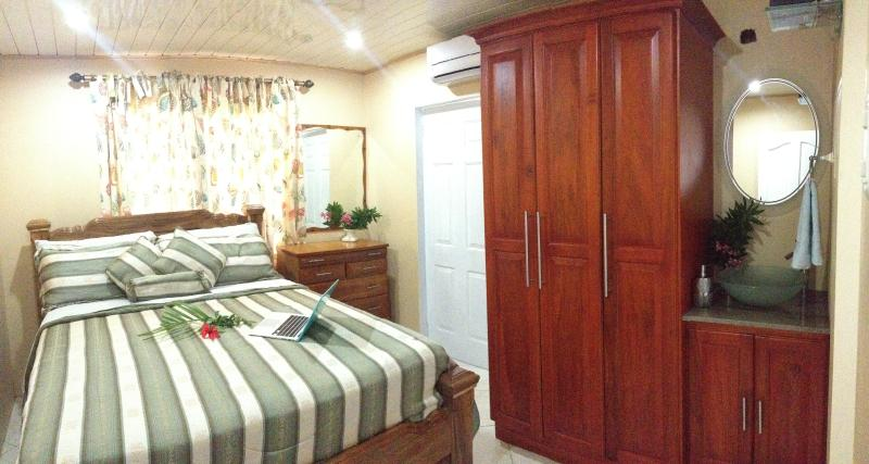 Master suite with King size bed - Pool side Villa with ocean views - contemporary, Caribbean comfort. - Lambeau - rentals