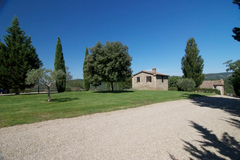 Welcome to Pianella - Little House on the green lawn - Idillic Stone Hay Barn with Pool Views  2BR/1BA - Montone - rentals