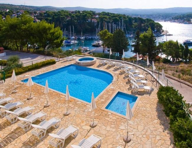 Swimming pool in front - Exclusive beach apartment with swimming pool, Cro - Cove Makarac (Milna) - rentals