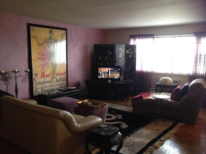 Spacious Sunny and Cozy Living Room with comfy sofa and flat screen - Beautiful Spacious Condo on the River, 13 Mins from Met Life Stadium and 10 Mins from Times Square - West New York - rentals