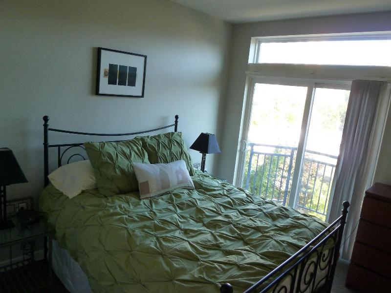 Designer linens on a super comfortable pillow top queen bed - Downtown Seattle luxury condo (parking+wifi incl) - Seattle - rentals