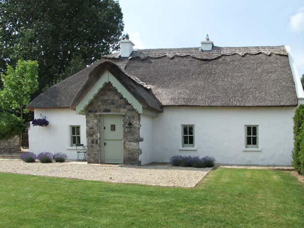 THE HUMBLE DAISY, open fire, original parlour, pet friendly, rowing boat, near Woodford, Ref. 30577 - Image 1 - Portumna - rentals