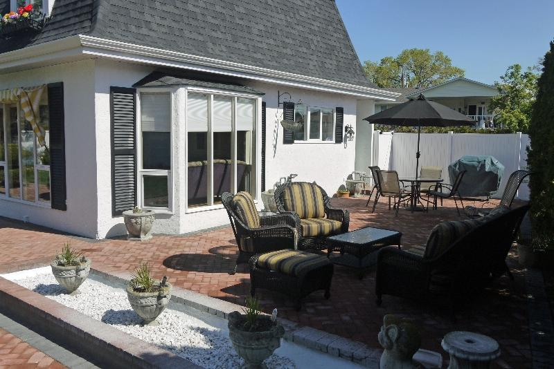 Pet friendly home with beach access across street - Image 1 - Kelowna - rentals