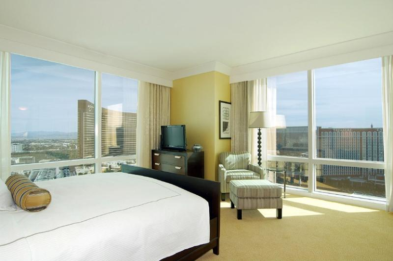 Floor-to-ceiling windows offer AMAZING views of entire Strip from the 59th floor. - TRUMP 1bedroom 2bath 59th Floor AMAZING Strip View - Las Vegas - rentals