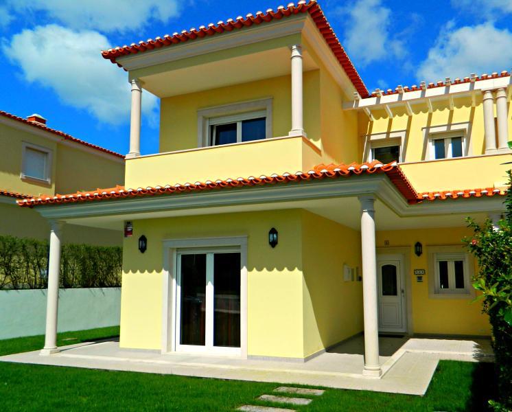 Front elevation of villa, with upper balconies. - 4 BED VILLA ON OBIDOS LAGOON, WiFi, GARDEN + POOL. - Obidos - rentals