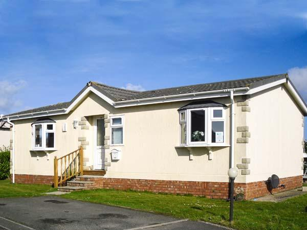 30 GUNVER, family chalet on holiday park, lawned garden, on-site facilities, inc. tennis court, near Padstow, Ref 904010 - Image 1 - Padstow - rentals