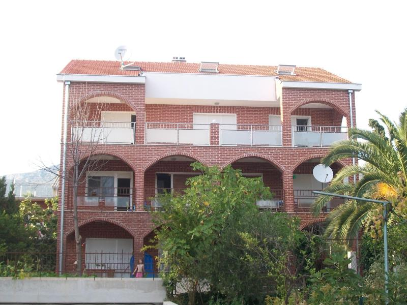 Spacious apartment with sea view - Image 1 - Kastel Luksic - rentals