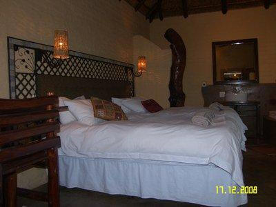 Room 4 : Forest room dressed in White - O.R.Tambo Accommodation: S26° 4.947' E28° 19.594' - Kempton Park - rentals