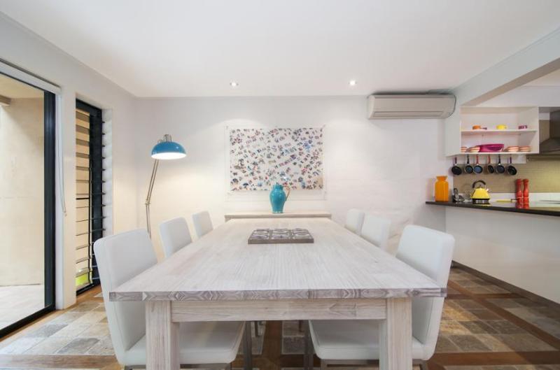 Both indoor and outdoor dining - Ocean View Villa - 2 or 3 bedrooms - Port Douglas - rentals