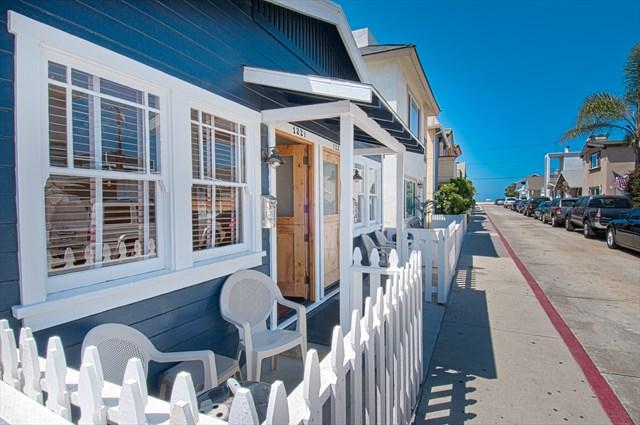 Front of unit looking towards the beach - 122 A 25th Street- Lower 2 Bedroom 1 Bath - Newport Beach - rentals