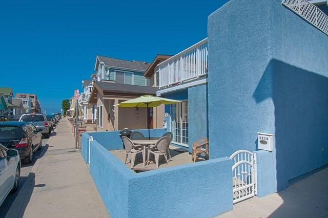 Patio showing distance to the beach - 125 A 27th Street- Lower 1 Bedroom 1 Bath - Newport Beach - rentals