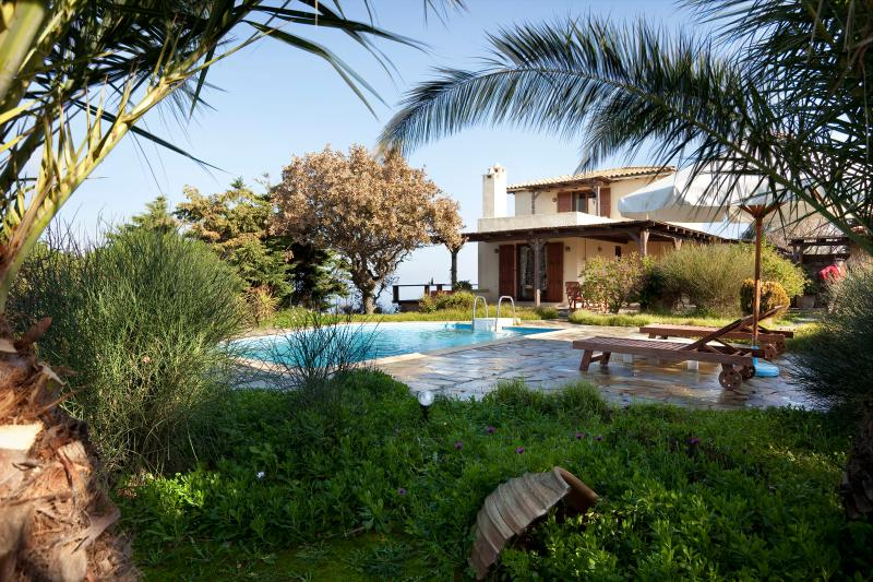View of garden and house - Grandpa's Tree House - Kea - rentals