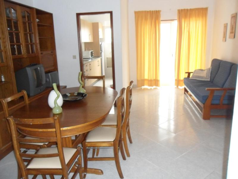 living and dining room - T2 Apartment 3 minutes to the beach - Armação de Pêra - rentals