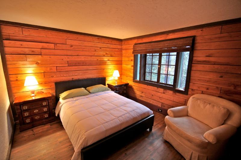 Guest room on main level with queen size bed - Lake Forest Log Cabin - classic log cabin - Lake Arrowhead - rentals