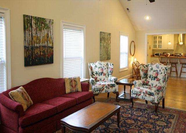 Cozy Pet Friendly West Asheville Bungalow - Cozy Pet Friendly West Asheville Bungalow. Wi-Fi, Sunny, Spacious and Quiet. - Asheville - rentals