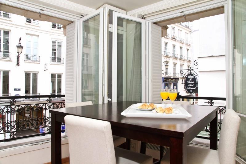 Dining Area with Big Windows Overlooking Rue Saint Honoré - 23. PRESTIGIOUS LOCATION-LOUVRE-RUE SAINT HONORE - Paris - rentals
