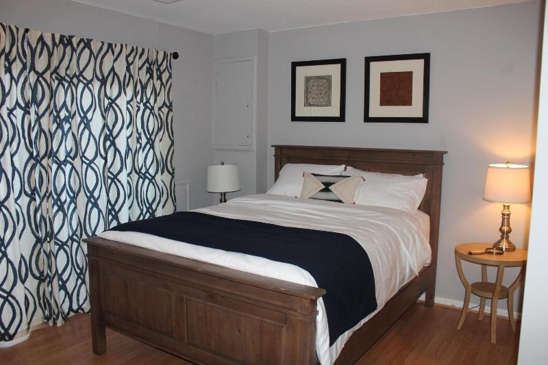 One bedroom with a queen size bed - Charming Basement right off the Washington Monuments! - Washington DC - rentals