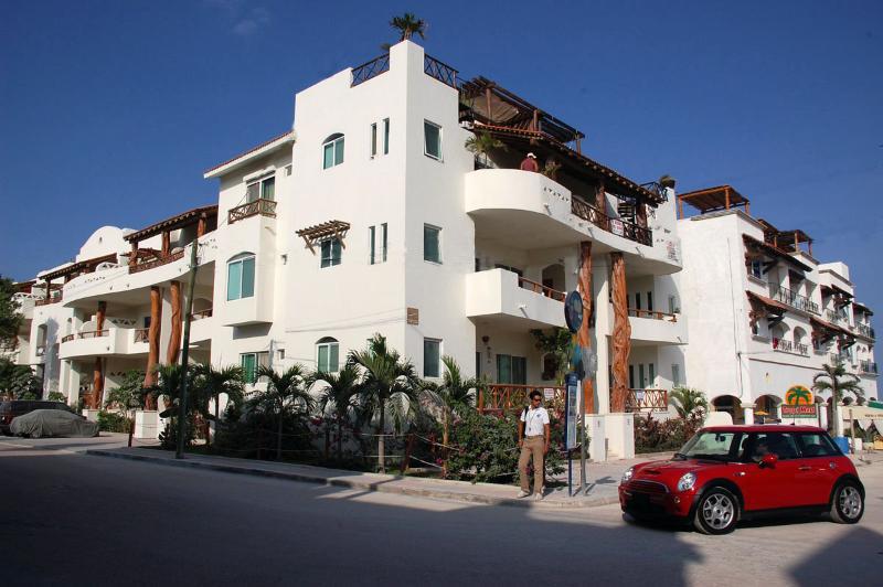 Las Olas Condominium on the corner of 1st Avenue and Mamitas Beach Road in Central Playa Del Carmen. - #207 Las Olas Condo Buena Vida - Just Steps from Mamitas Beach and 5th Avenue - Playa del Carmen - rentals