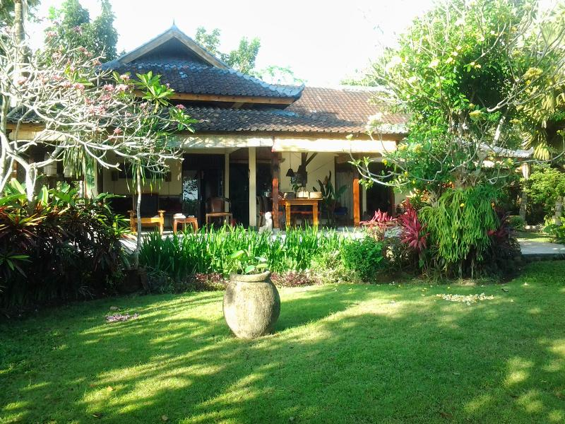 The house with a part of the garden - Peaceful bungalow in the middle of ricefields: Kel - Bali - rentals