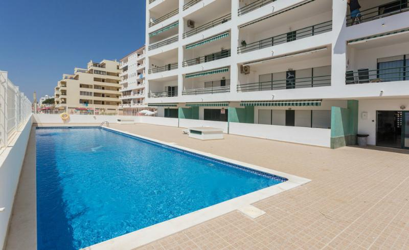 Apartment with pool by the beach in Algarve - Image 1 - Quarteira - rentals